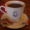 盤子和茶杯都經過設計是一套的