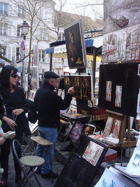 廣場上很多畫家邊畫邊賣