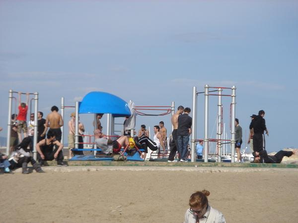 硬要在海邊秀身材健身的一群猛男