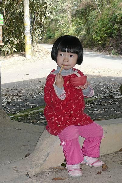 小羽球-0113小羽拿筷子很溜喔.jpg