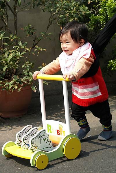 小羽球-0033小羽學步走.jpg