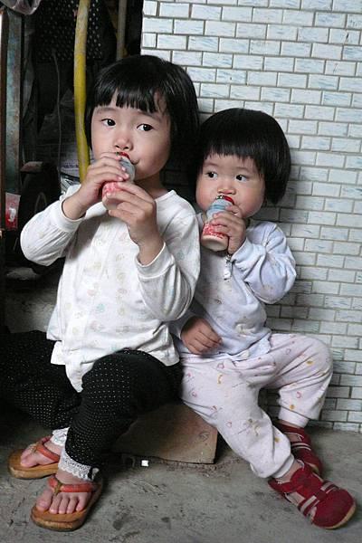 小羽球-0127小羽球喝養樂多.jpg