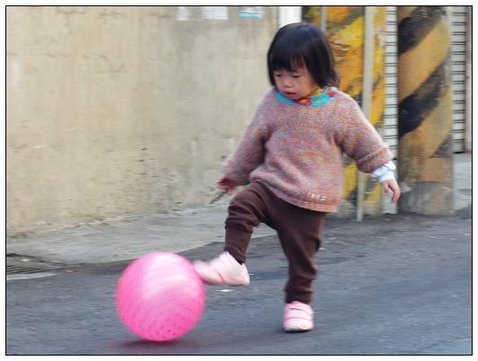 小羽踢球01.jpg