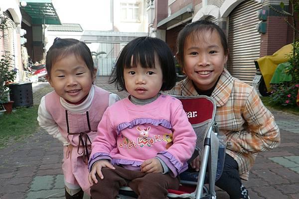 小羽球-0063小羽和兩位姊姊.jpg