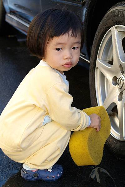 小羽球-0054小羽洗輪胎.jpg