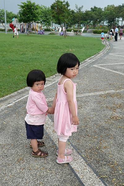 小羽球-0133姊妹牽手逛公園.jpg
