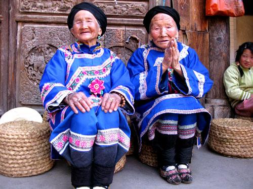 他們的歲數都一大把了,可是你看他們的笑容...好滿足喔