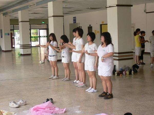 靠得住舉辦的校園活動:趣味竹竿舞比賽  參賽者忙著練習
