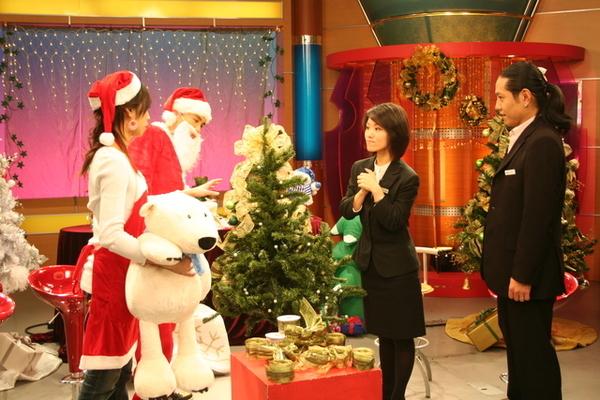 Hola的Kevin和弈靜帶來很多聖誕玩意跟大家分享