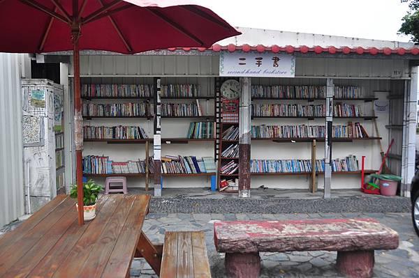 「天使之鑰」二手書攤,有許多愛心捐獻的書籍,還貼心設置了座位區