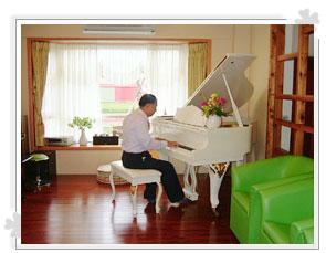陳大哥正彈著白色鋼琴