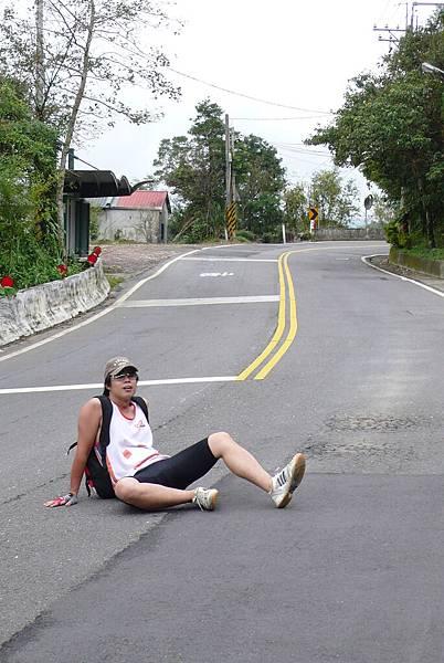 冠佑想大牌的在馬路中間拍照  但看起來很像跌倒