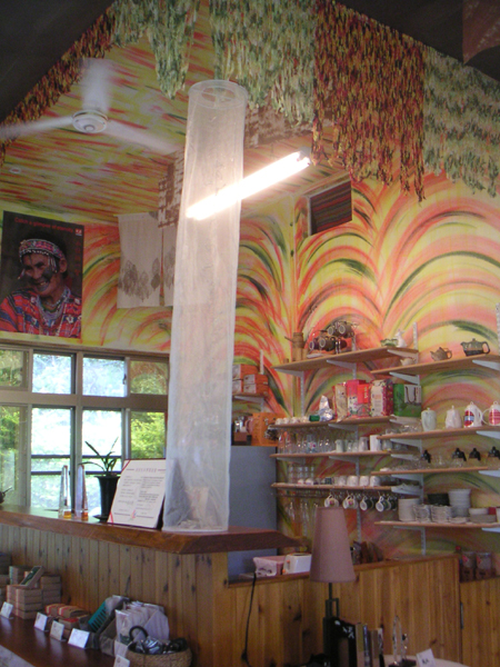 離餐廳都被妝點成美麗的彩虹色彩