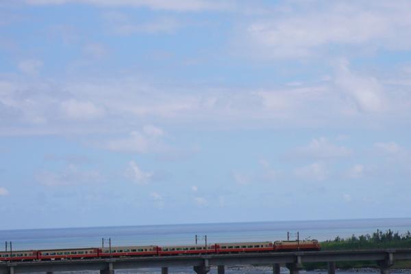火車快飛火車快飛 穿過高山越過小溪