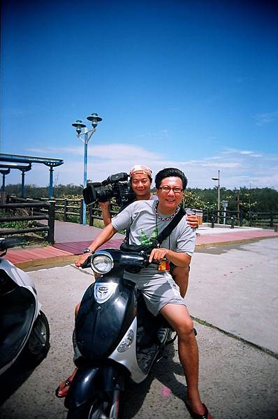 騎摩托車跟拍...害攝影閃到腰