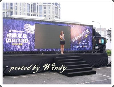 這舞台可是大卡車改裝成的  聽說耗資驚人