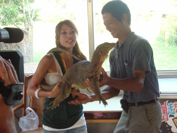 她是蜥蜴,牠很重...