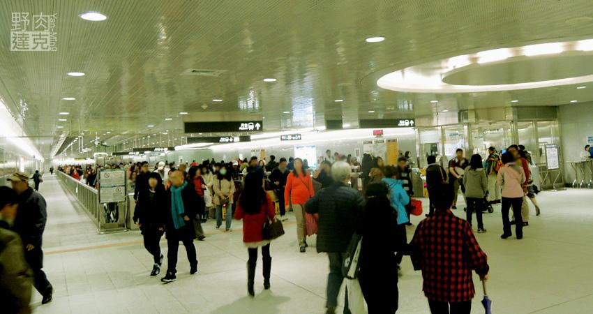 捷運松山站,出站可步行直達饒河夜市或五分埔