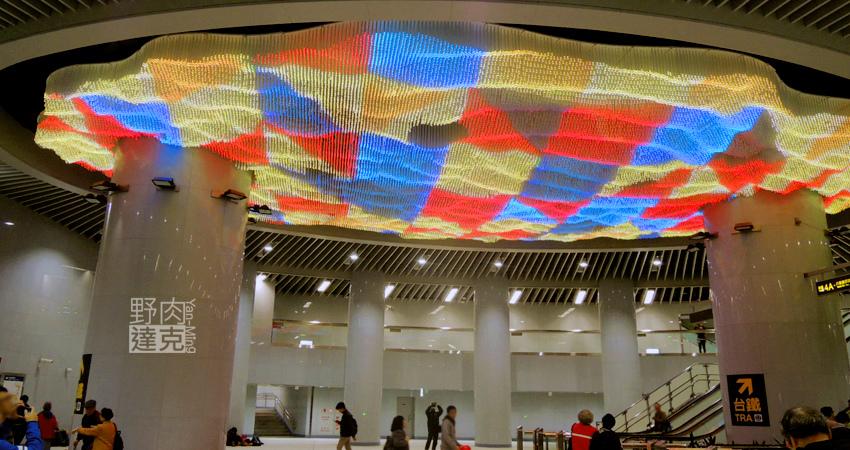 大型LED公共藝術作品「域見」位於捷運松山站