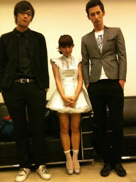 郭小瑤站在兩個巨人中間