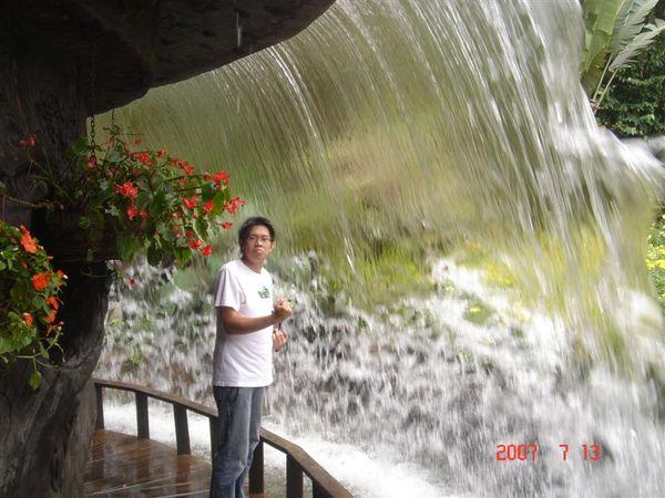 瀑布裡面的怡憔
