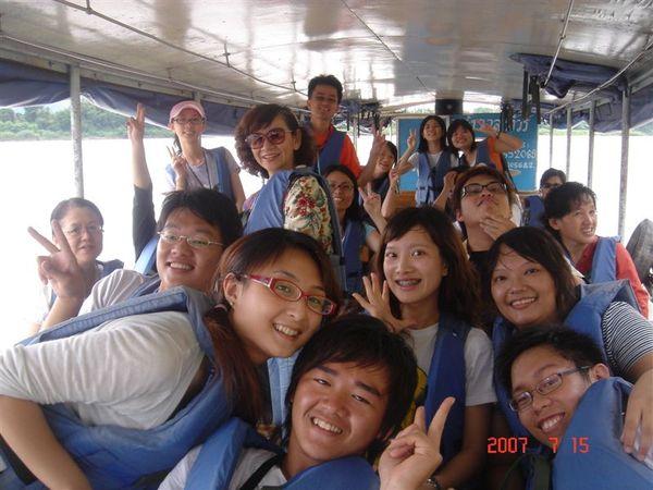 金三角湄公河渡船上合照
