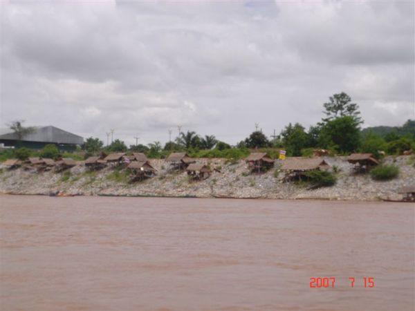 湄公河邊茅屋