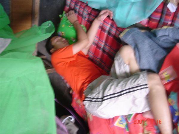 我睡死在簡陋的宿舍