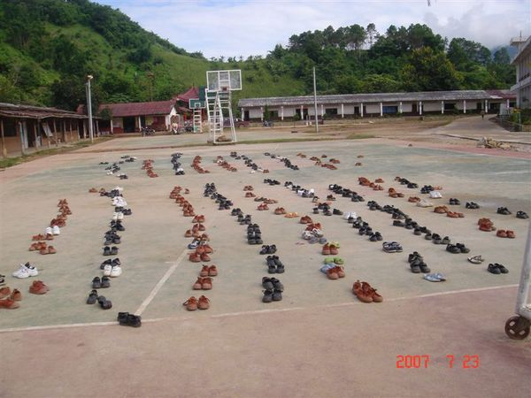 學童曬鞋子