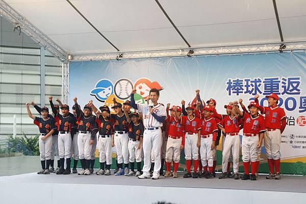 高志綱帶領少棒球員喊出讓棒球重返奧運