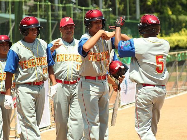 委內瑞拉單場4轟,其中5號P.馬丁尼茲(右)演出滿貫砲.JPG