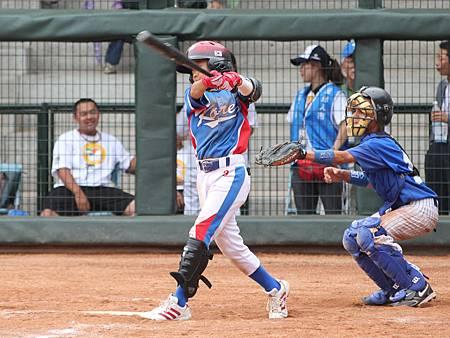 姜東雨4次打擊3次上壘,為球隊跑回3分,為韓國贏球一大功臣.JPG