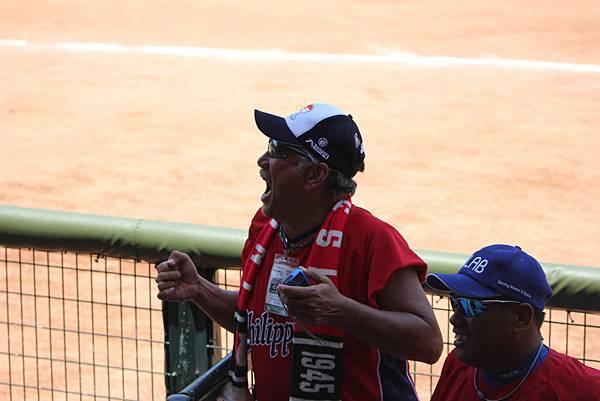 菲律賓教練納瓦撒羅(Dimasrico Navasero)興奮得為選手喝采.JPG