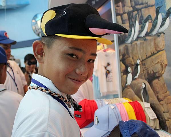 中華隊林鋅杰俏皮地戴著企鵝帽.JPG