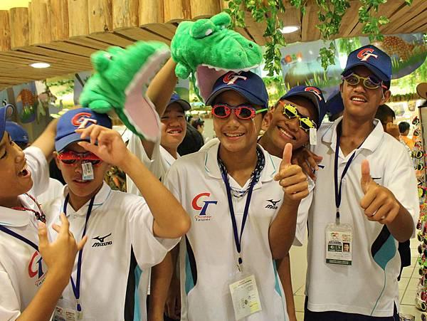 中華隊參觀動物園在商品部內把玩各式商品.JPG