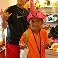 香港獨鍾園區商品部之可愛動物造型帽子。圖為教練胡子彤(左)及最年幼的關博匡.JPG