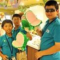 韓國選手開心玩起鱷魚頭布偶.JPG