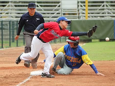 委內瑞拉桑吉士(Giuseppe Franceschi Gutierrez Sanchez)盜上三壘,造成菲律賓捕手傳球失誤.JPG