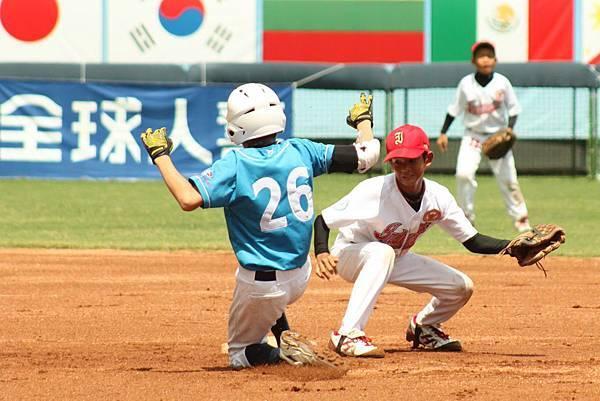 香港葉瀚能敲出二壘安打並跑回球隊第1分.JPG