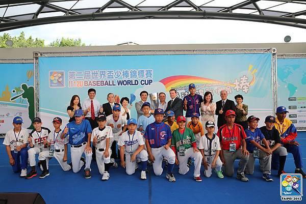2013 IBAF 12U 世界盃少棒錦標賽與會貴賓和13國代表大合照.JPG