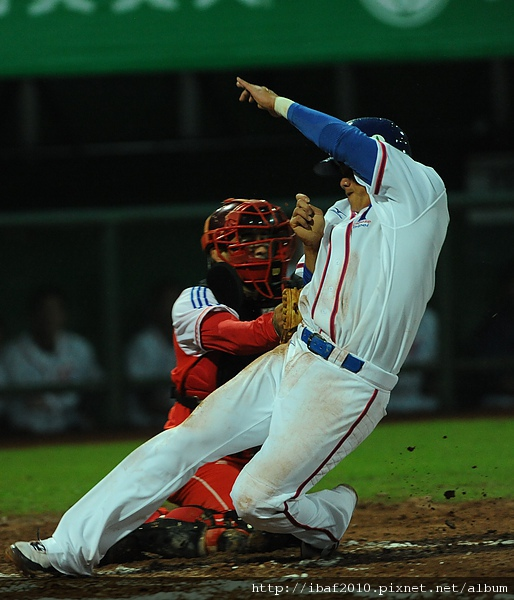 8局下古巴中外野手N. Durergel長傳讓中華隊陳鏞基飲恨於本壘前.JPG