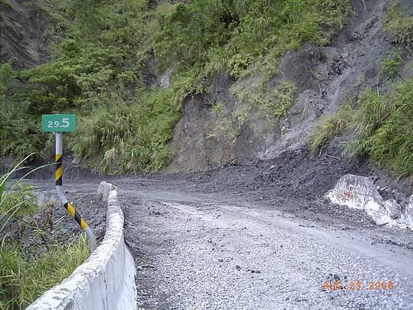 縣197-29.5公里,出現泥土,路騎了老半天還沒騎到30公里,還有七公里要騎啊