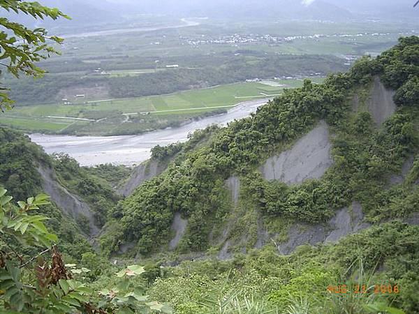 縣197-錐員山頂,其實路邊的山坡冒出的個洞,下面就是惡地懸崖,我不敢靠太近拍