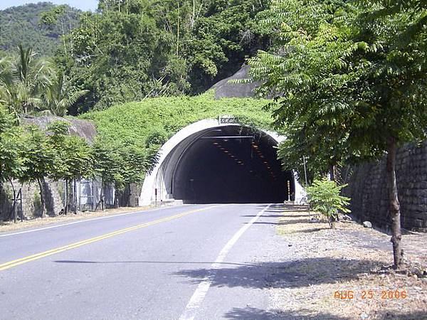 月光山隧道,長近2公里,但空氣品質極糟糕,煙塵瀰漫,視線極差,幾乎無法呼吸了