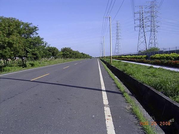道路非常「直」,許多路段都很直,這也是屏東縣境道路的特色