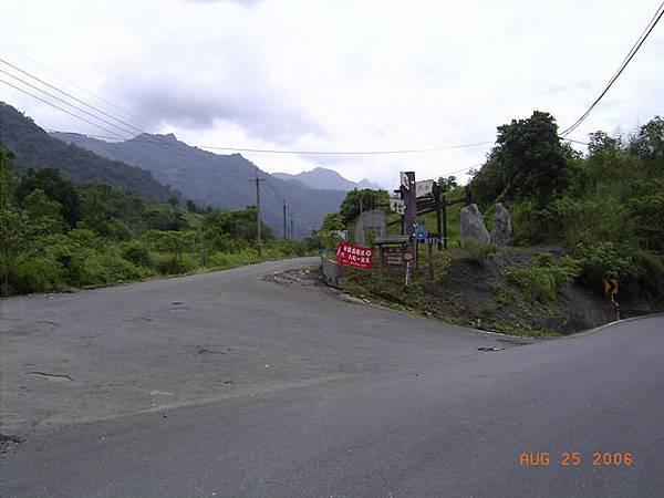 左邊上去就是茶山產業道路了