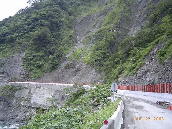 懸崖上的公路也是落石、坍方極易發生區