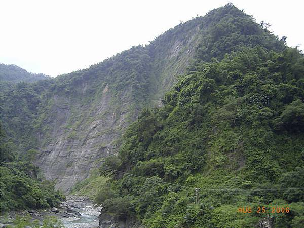 這山的峭壁陡下,太可怕了吧...