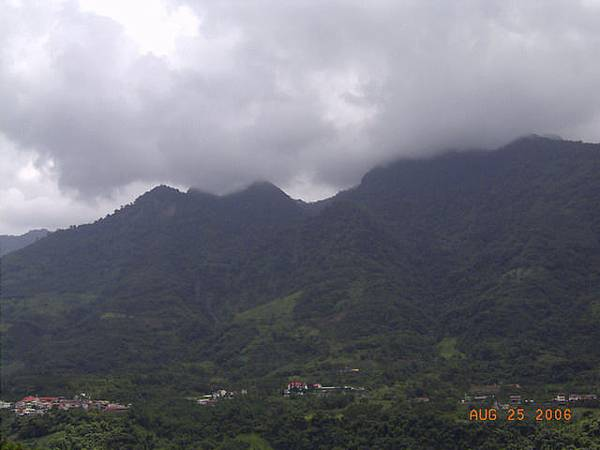 民生村背後的玉山山脈(高庭山?)