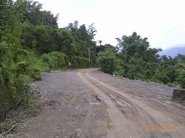 災後搶通的路,也只是簡單弄出可以走的地方,完全沒有整理舖面...形成這段泥土路